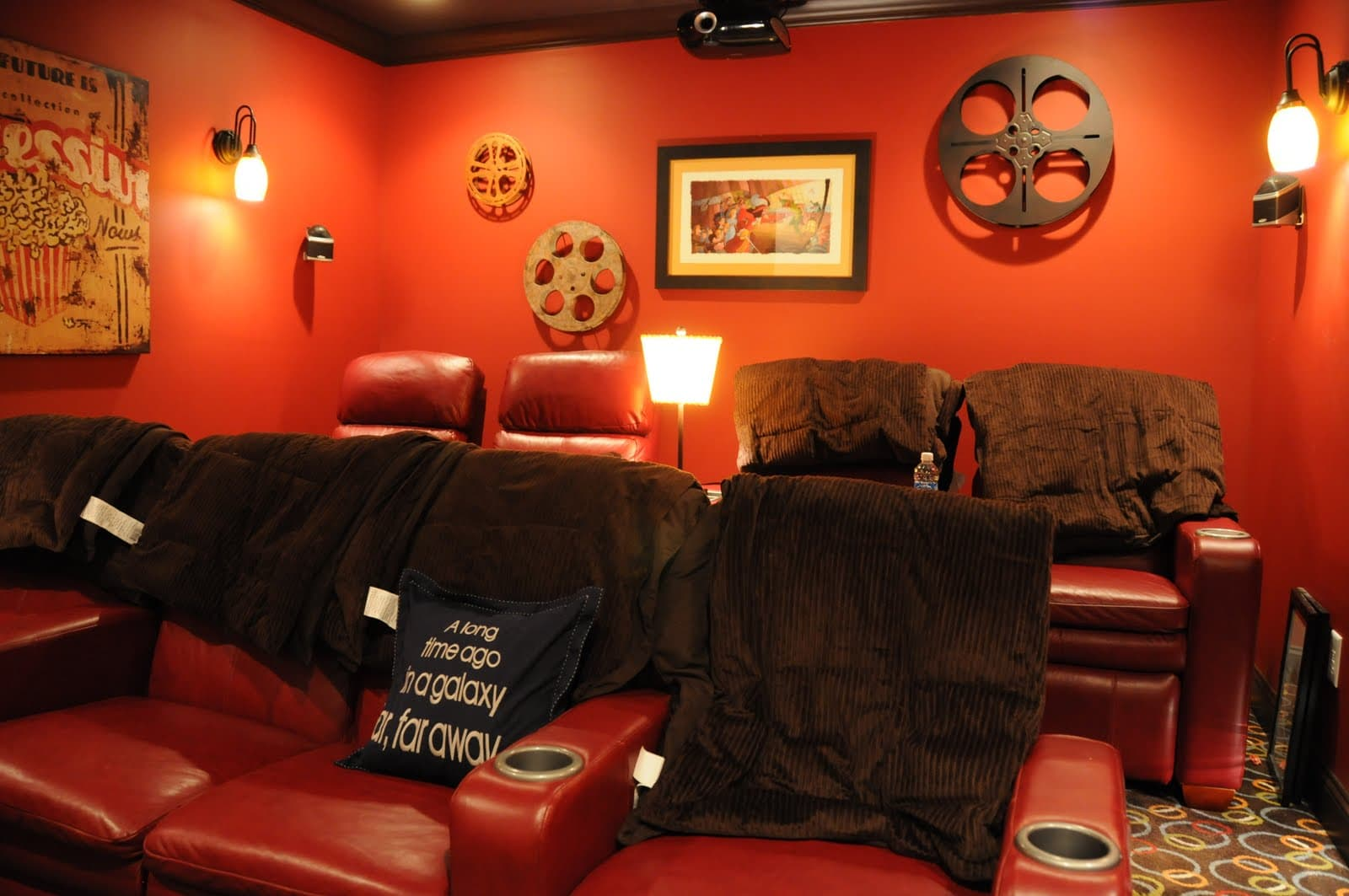 Home theater room decorating ideas the polkadot chair for Decor lounge