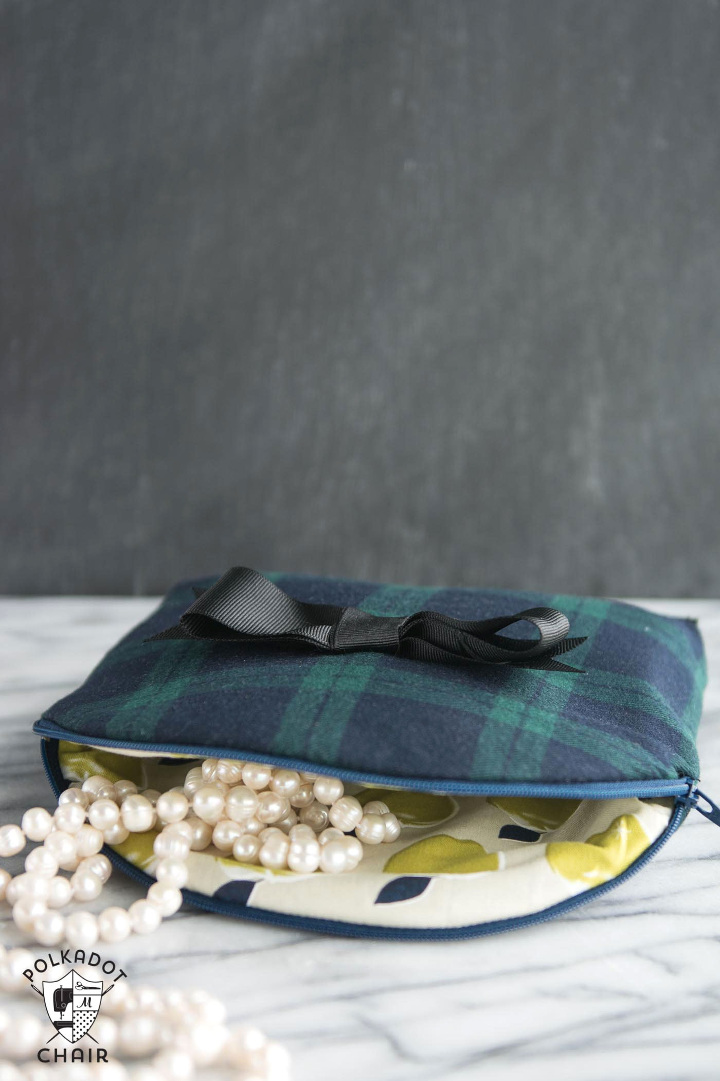 Free Sewing Pattern for a curved top cosmetic bag. Love the bow detail on the front