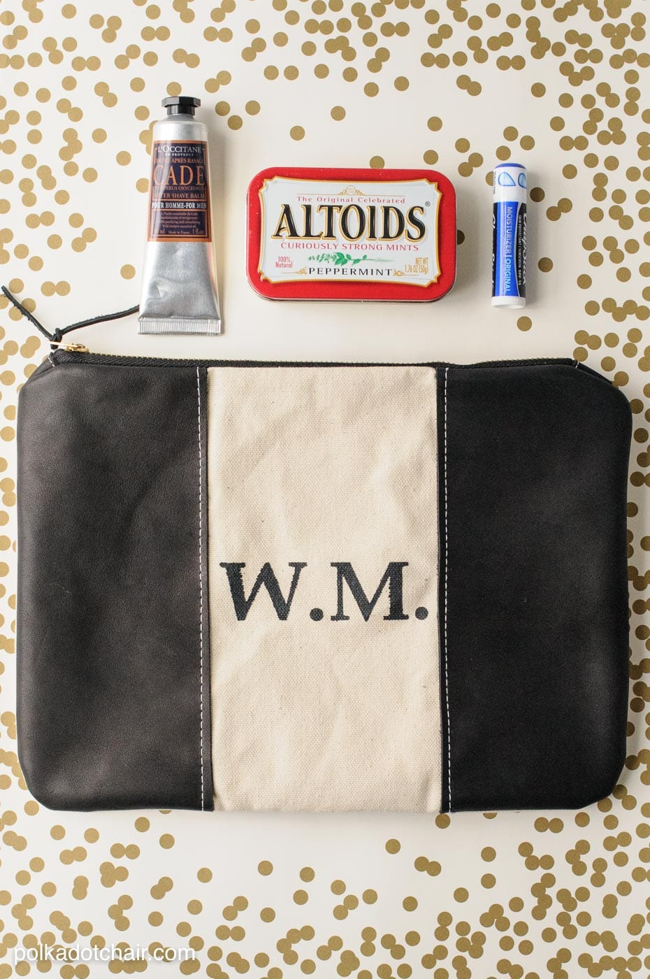 Free sewing pattern for a monogrammed leather trimmed dopp kit.