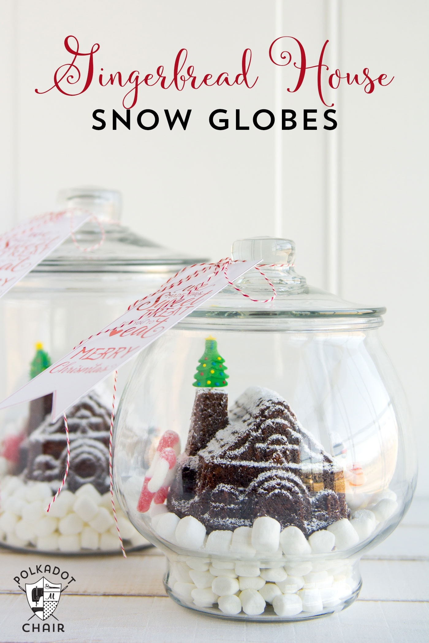 Cute idea for friend and neighbor Christmas gifts! A snow globe gingerbread house made with a simple mold. Post includes a link to the free printable tag.