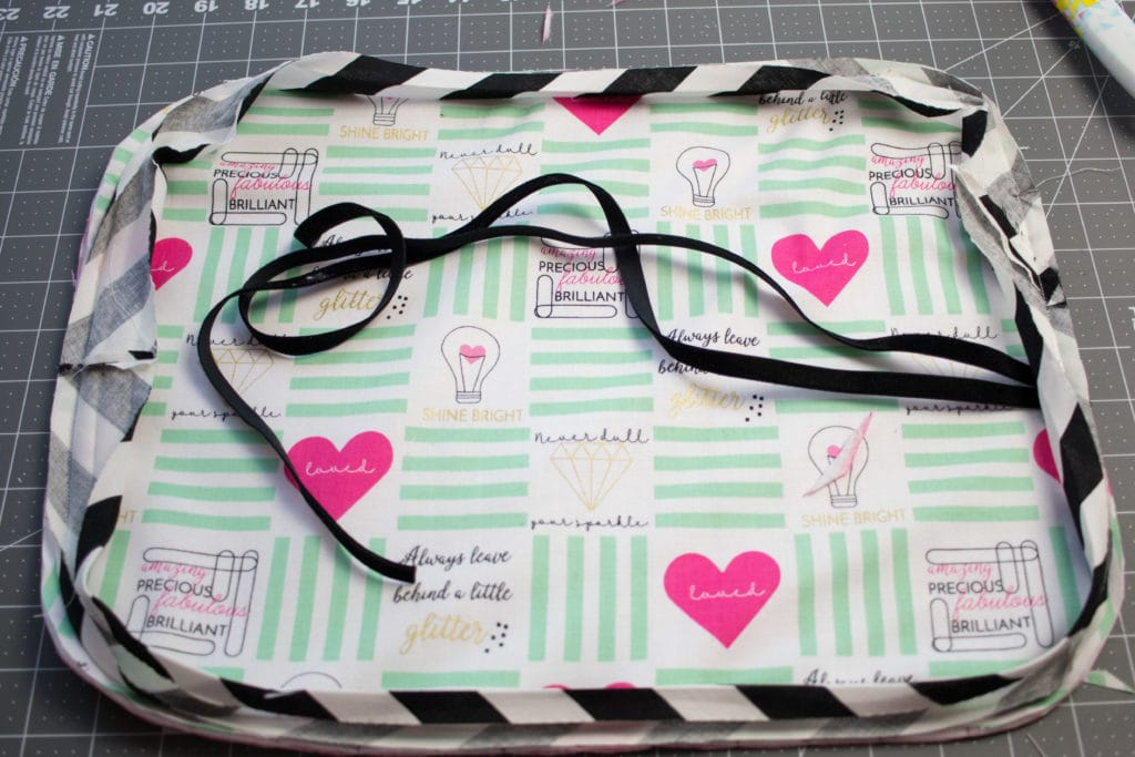 Free Make Up Brush Roll Sewing Tutorial by Sweet Red Poppy. Learn how to sew a make up brush roll case, could also be used for a jewelry roll. Great gift for travelers